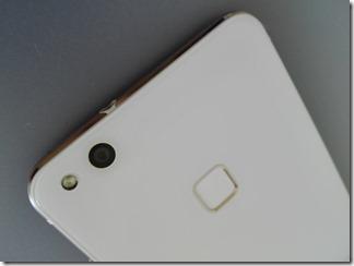 「HUAWEI P10 lite」の指紋認証センサー